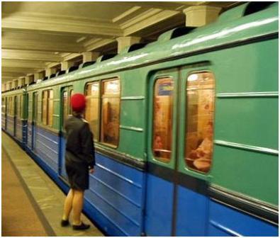 """Дежурная по станции """"Александровский сад"""" отправляет поезд"""