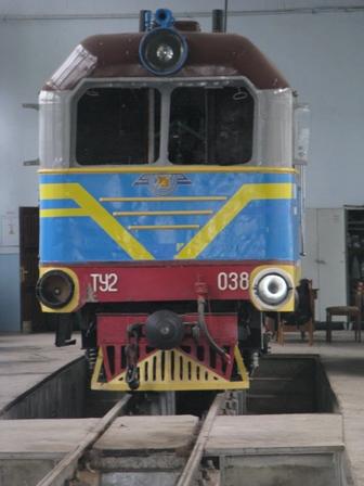 Тепловоз, который стоит в локомотивном депо